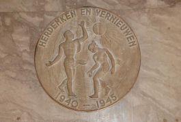 Plaquette in de Bijenkorf die herinnert aan de medewerkers van de Bijenkorf die slachtoffer werden van oorlogshandelingen in de Tweede Wereldoorlog - Foto: tracesofwar.com