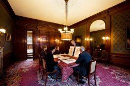 Kunstbeschouwing in de Grote Herenkamer, het oude woonhuis van Pieter Teyler dat op dit moment gerestaureerd wordt en over enkele jaren open zal gaan voor het publiek - Foto: Teylers Museum