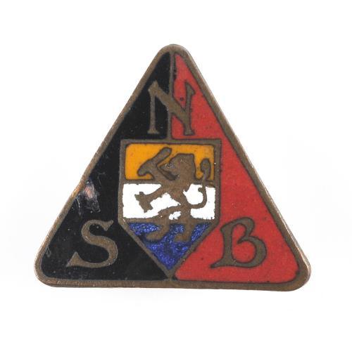 Het oranje-blanje-bleu was prominent aanwezig in het embleem van de NSB