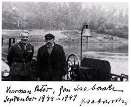 Generaal Sosabowski en veerman Peter Hensen op het Drielse veer in 1949, toen de Poolse generaal voor het eerst na de Slag weer in Nederland was. Met handtekening. (Foto in 'De Polen van Driel' van George F. Cholewczynski)