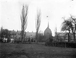 Het abdijcomplex in het begin van de twintigste eeuw, nog zonder bebouwing aan de overzijde van de straat. De foto is gemaakt tussen 1906 en 1927 - BHIC