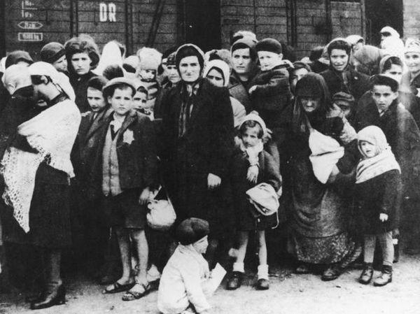 Hongaarse Joden, kort na aankomst in Auschwitz, mei 1944 - Foto: CC / Bundesarchiv
