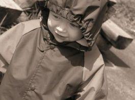 Kind in een regenjas - Foto: stock.xchng
