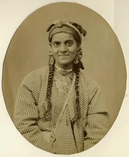 Portret van Habiba, fotostudio Fratelli d'Alessandri te Napels, 1865, albuminedruk – Habiba was een van Alexine's bediendes. Tijdens een verblijf in Napels gaf Alexine toestemming aan een plaatselijke fotograaf om de leden van haar gezelschap te fotograferen. (Collectie Haags Gemeentearchief)