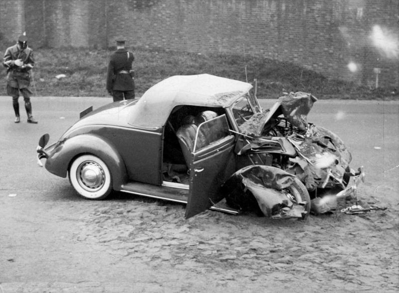 De auto van prins Bernhard na de botsing - Foto: Nationaal Archief