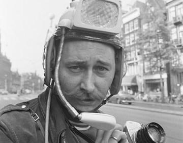 Cor Jaring met zijn pershelm, 1968 - Foto: CC / Anefo / Jac. de Nijs