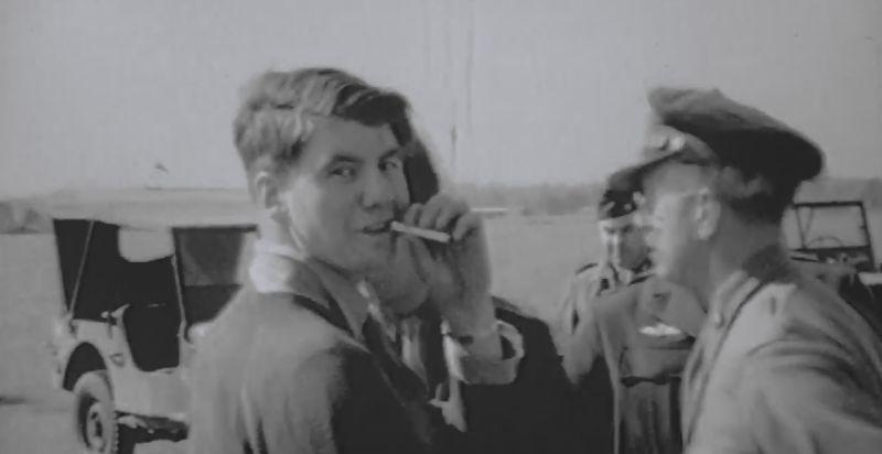Amper bekomen van de schrik rookt Blyth na zijn noodlanding een sigaret