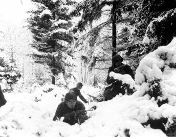 Amerikaanse militairen in dekking in de Ardennen. © U.S. Army