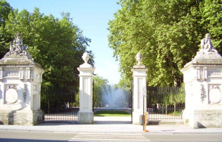 Classicistische toegangspoorten met zicht op de grote fontein van het Warandepark - Foto: CC