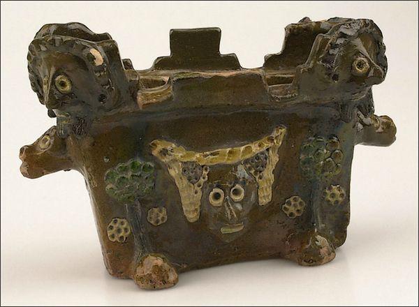 Een van de topvondsten: een kaarsenmakersbak met twee duivelskoppen - 1250 - 1500 na Christus