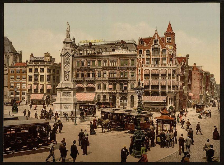 De Dam in Amsterdam met 'Naatje van de Dam' rond 1890 (Library of Congress)