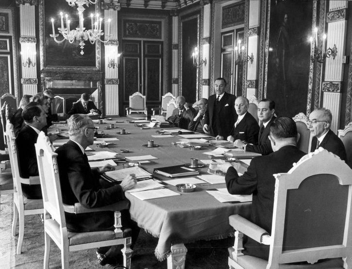 Nieuwe ministerraad kabinet De Jong (1967-1971) bijeen in de Trèveszaal. Rechts achter de tafel v.l.n.r: Bakker, Witteveen, De Jong, Middelburg, Merckelbach, Polak.Links: Udink, Klompé, Lardinois, De Block, Beernink. Den Haag, 7 april 1967. - Foto: CC / Anefo / Eric Koch
