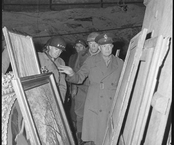 Eisenhower, Bradley en Patton inspecteren op 12 april 1945 schilderijen in de zoutmijn van Merkers (Bron: U.S. National Archives)