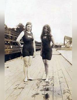 De Australische zwemsters Fanny Durrack (links) en Mina Wylie tijdens de Olympische Spelen van 1912