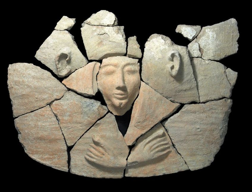 Deel van de deksel van de sarcofaag - Foto: IAA / Clara Amit