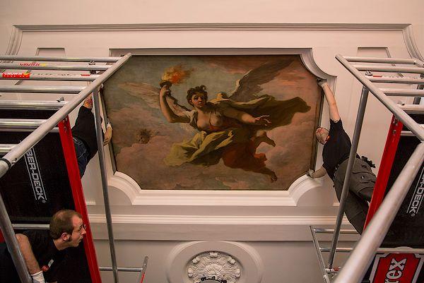 Een van de plafondschilderijen wordt teruggeplaatst in de Gouden Zaal (Mauritshuis-Ivo Hoekstra)