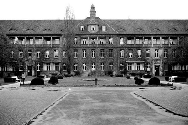 Het entreegebouw gezien vanuit de binnentuin van het hospitaal. (Jüdisches Museum Berlin - Yad Vashem)
