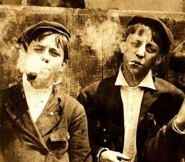 Rokende kinderen in Amerika, 1910 (Lewis Hine-LOC)