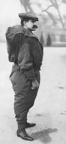 Franz Reichelt demonstreert zijn pak, kort voor de fatale sprong