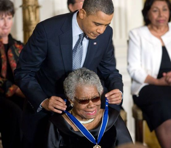 President Obama reikt Maya Angelou de 'Presidential Medal of Freedom' uit (White House)