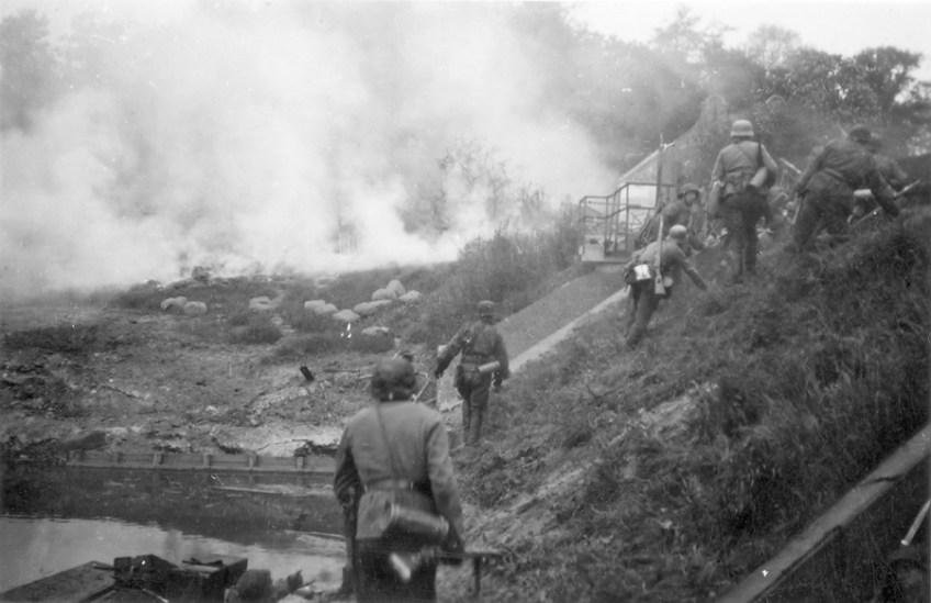 """Van grebbeberg.nl: 'SS'ers van het Regiment """"Der Führer"""" op het talud voor de Grebbesluis – 13 mei 1940′ (collectie J.F.D. Bruinsma). Véél meer mei-1940 foto's hier bij grebbeberg.nl"""