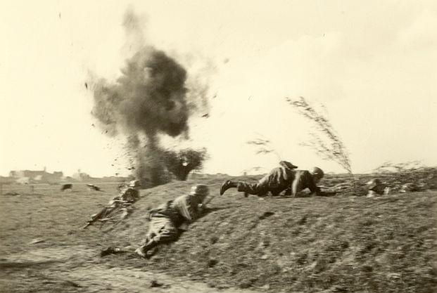 Nadien door een Duitse filmploeg in scene gezette actie bij de Moerdijkbrug, wel realistisch (foto en verklaring: zuidfront-holland1940.nl)