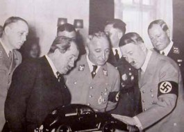 Ferdinand Porsche (tweede van links) presenteert Adolf Hitler voor zijn 49e verjaardag in 1938 een gedetailleerd schaalmodel van de Volkswagen. Rechts op de foto staat Jakob Werlin.