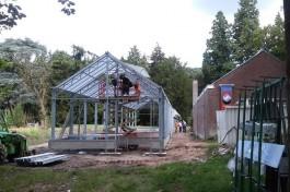 Paviljoen in aanbouw, met rechts de garage (Historiek)