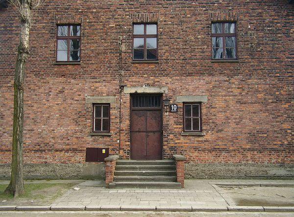 Blok 10 in Auschwitz, waar de medische experimenten werden uitgevoerd - cc