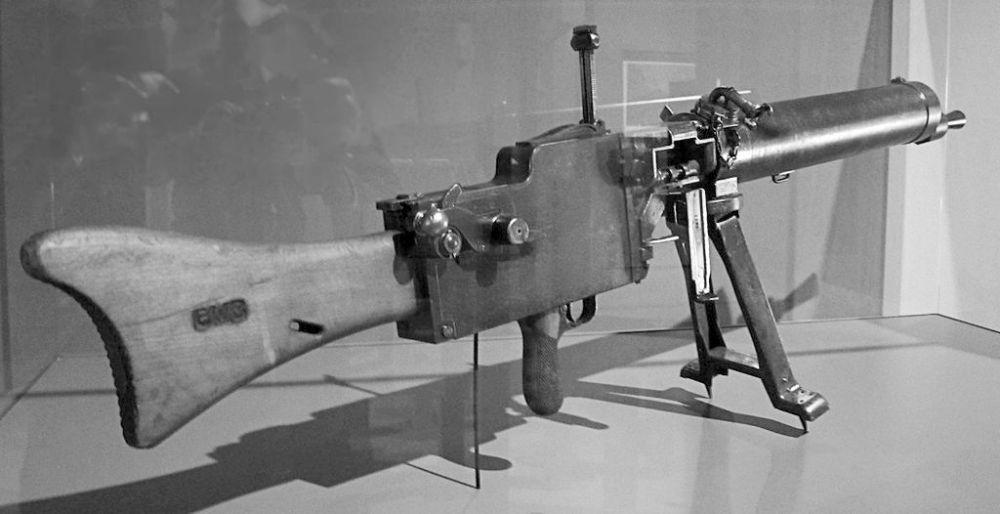 MG 08/15. Vanaf 1917 werd ook deze lichtere 18 kilo wegende Null-acht-fuffzehn gebruikt (wiki)