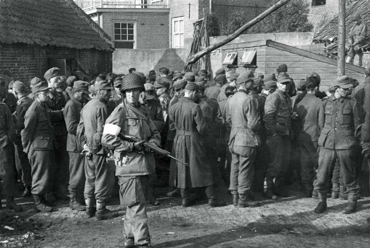 Son, 18 september. Aan de Markt op een boerenerf verzamelen de soldaten van de 101st de krijgsgevangen gemaakte Duitse militairen - © uit: De bevrijding in Beeld  / Vantilt fragma