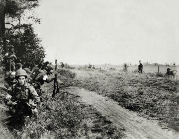 Son 17 september - Kort na hun landing verzamelen de mannen van het 506th Regiment van de 101st Airborne Division zich aan de rond van het Sonse bos. Linksvoor zit sergeant Joe Crawford - © uit: De bevrijding in Beeld / Vantilt fragma