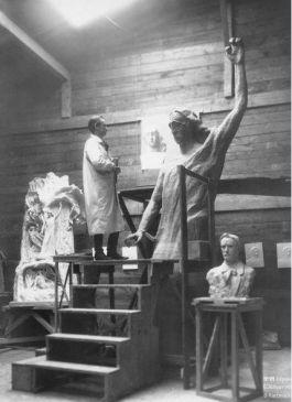 Rudolf Steiner werkt aan het sculptuur 'De Representant van de Mensheid' 1919 (Staatsarchief Basel-Stadt, foto Gertrud von Heydebrand-Osthoff)