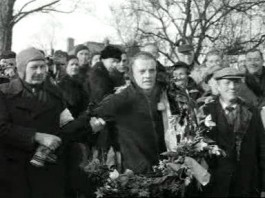 Jeen van den Berg als winnaar van de Elfstedentocht van 1954