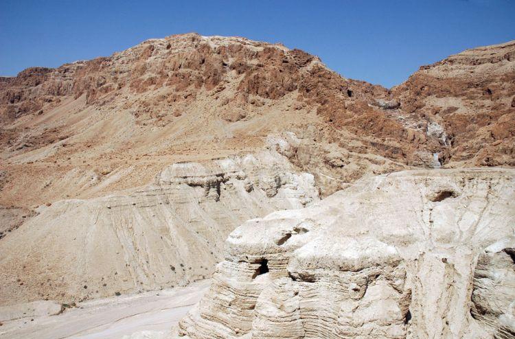 De vierde grot bij Qumran, waar de meeste tekstfragmenten werden gevonden. - cc