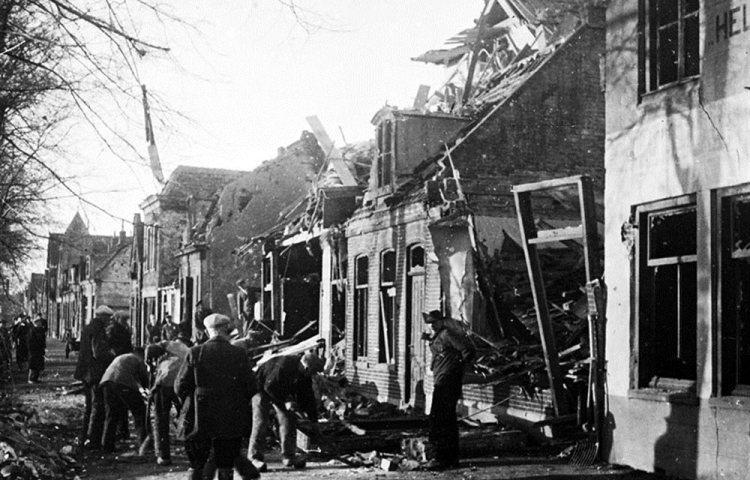 Schade na een bombardement op Den Helder in 1942 (regiocanons.nl)