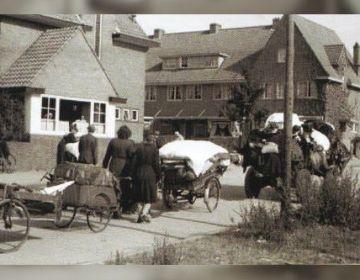 Arnhemers, met het hoognodige op wagentjes geladen op weg naar een onbekende bestemming