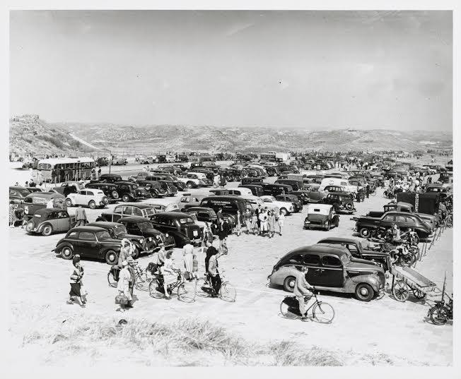 Met de auto naar het strand (foto: Internationaal Instituut voor Sociale Geschiedenis)