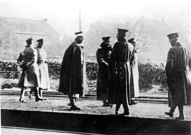 Wilhelm II neemt op 10 november 1918 afscheid van zijn gevolg op het Station Eijsden aan de Nederlands-Belgische grens.