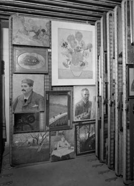 De bunker bij Castricum, met werk van oa. Van Gogh. Foto Joh. de Haas, collectie Stedelijk Museum Amsterdam