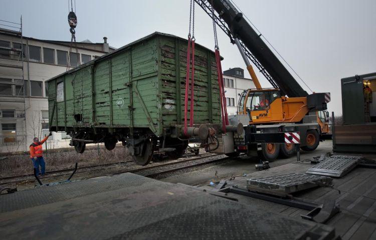 De eerste wagon is dinsdag vanuit de Duitse plaats Butzbach overgebracht naar Nederland. (Sake Elzinga / Westerbork)