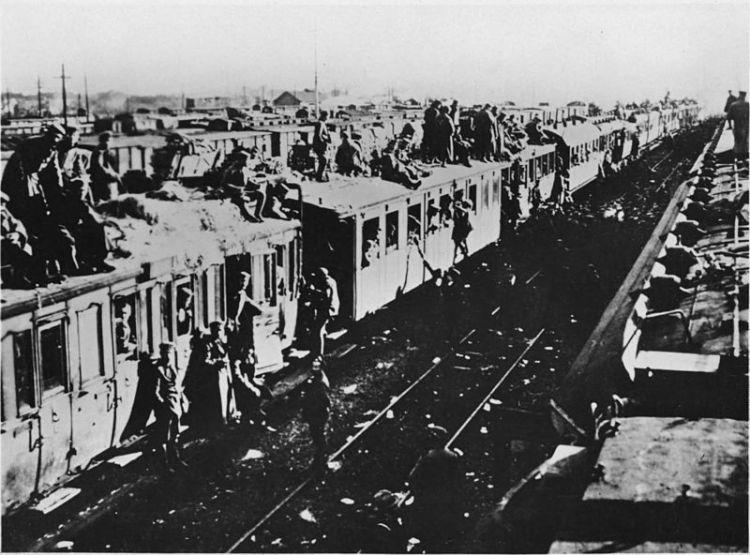 Duitse soldaten op het dak van een trein, 1918