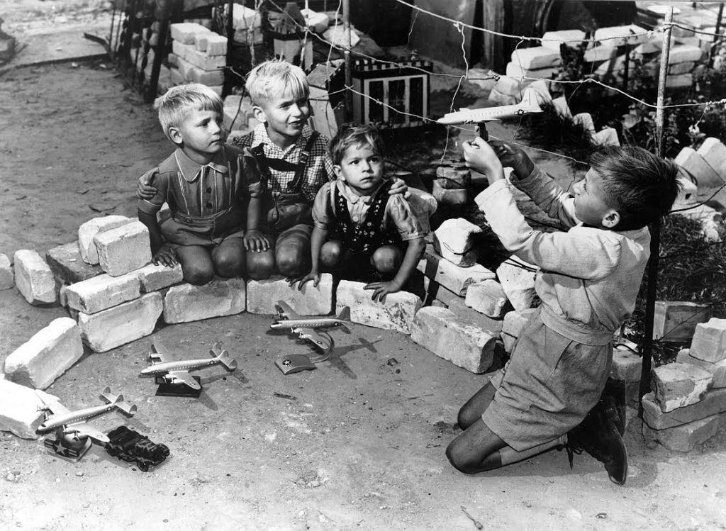 Kinderen in West-Berlijn spelen de luchtbrug na. © U.S. National Archives