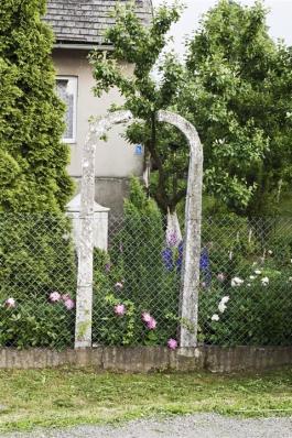 Kamppalen zijn gebruikt als tuinhek. © Hans Citroen