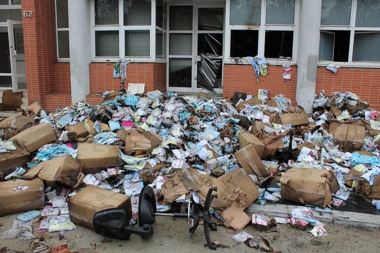 Kantoor van het Franse satirische tijdschrift Charlie Hebdo na een aanslag met een brandbom in november 2011 (cc - Pierre-Yves Beaudouin)