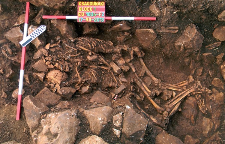 Een innige omhelzing van 5800 jaar (Grieks Ministerie van Cultuur)