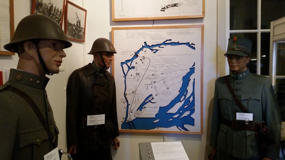 Uniformen van het Nederlandse leger met uitleg over de strategische ligging van Dordrecht tijdens de Meidagen van 1940.