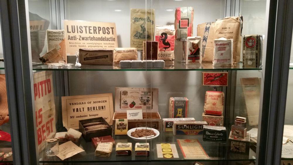 Vitrinekast met daarin onder andere zelfgemaakte sigaren van zelf gekweekte tabak.