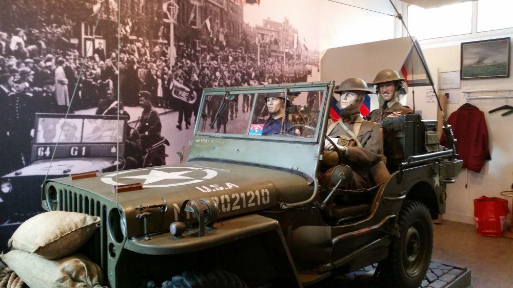 De Amerikaanse Willys jeep in de ontvangstruimte van het museum.