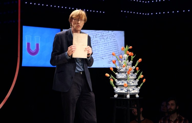 Maarten Prak bij de Universiteit van Nederland (Still YouTube)